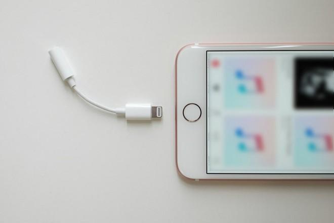 Tính năng bảo mật của Apple lại bị qua mặt dễ dàng bởi cổng sạc Lighning - Ảnh 1.