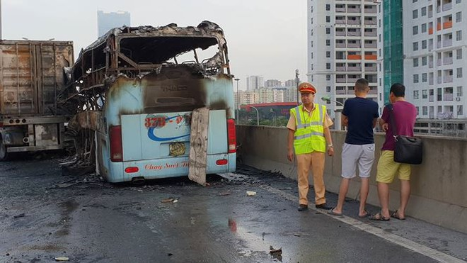 Hiện trường xe khách cháy rụi sau tai nạn trên đường vành đai 3  - Ảnh 6.