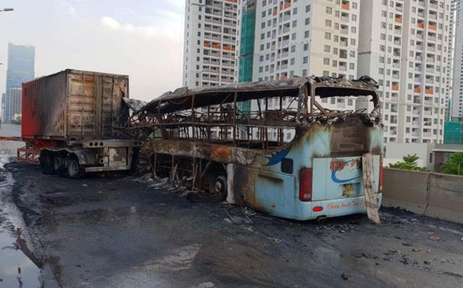 Xe giường nằm bốc cháy sau va chạm với xe container: Người phụ nữ tử vong đang mang thai