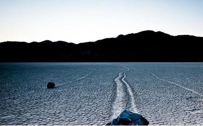 """Sự thật về những hòn đá biết đi ở """"thung lũng chết"""""""