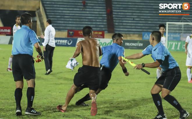 CLB Nam Định phải thi đấu trên sân không khán giả và nộp phạt 50 triệu đồng