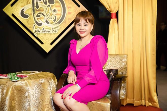 Kiều nữ làng hài Nam Thư đọ vẻ gợi cảm với Lê Giang - Ảnh 2.