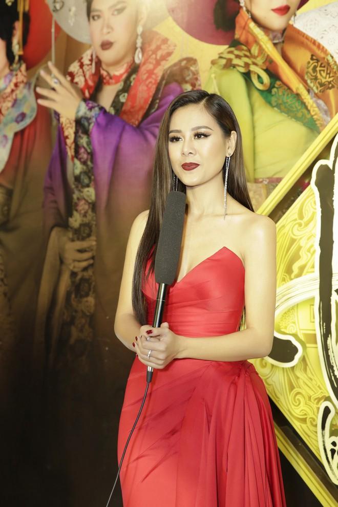 Kiều nữ làng hài Nam Thư đọ vẻ gợi cảm với Lê Giang - Ảnh 4.