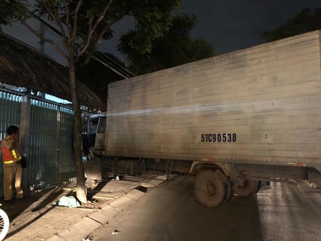 Xe tải đại náo đường phố, húc sập cửa quán ăn giữa đêm ở Sài Gòn - Ảnh 1.