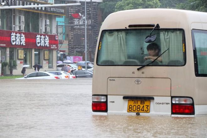 24h qua ảnh: Ngựa mắc kẹt trên mái nhà sau đợt lũ lụt kinh hoàng ở Nhật Bản - ảnh 8