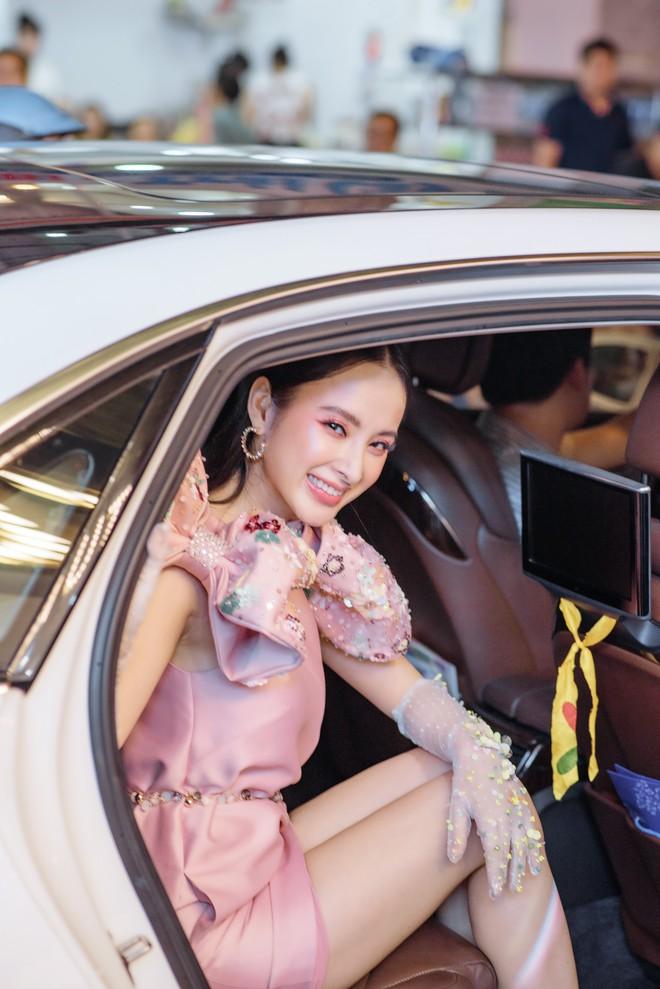 Angela Phương Trinh xuất hiện điệu đà, thu hút sự chú ý - Ảnh 1.