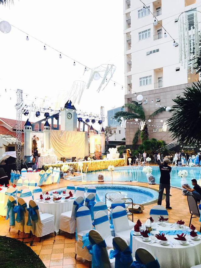 Lễ báo hỉ hoành tráng pool party ở Buôn Mê Thuột riêng tiền trang trí hết 200 triệu, 1.000 khách mời, sân khấu như lâu đài - Ảnh 1.