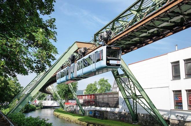 Những hệ thống giao thông công cộng kỳ lạ nhất thế giới: Tàu chạy bằng sức người, thang cuốn dài 800 mét - Ảnh 2.