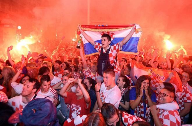 Hàng vạn cổ động viên Croatia phát điên sau khi đội nhà đánh bại tuyển Anh - Ảnh 1.