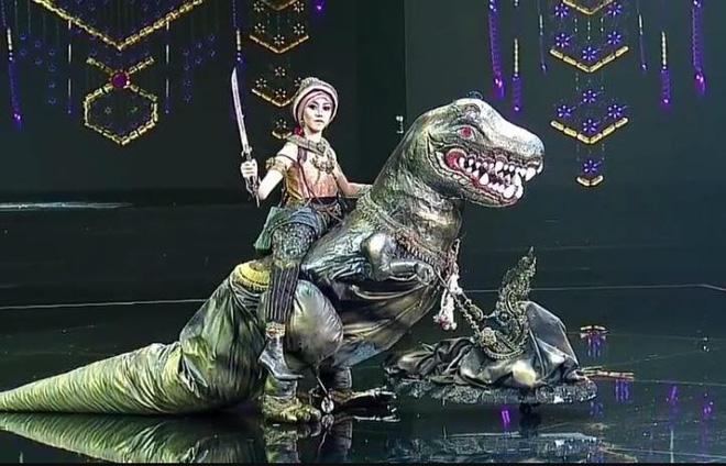Dàn thí sinh Hoa hậu Hòa bình Thái Lan: Người cưỡi khủng long, kẻ biến thành tô tom yum chua cay trên sân khấu - Ảnh 2.