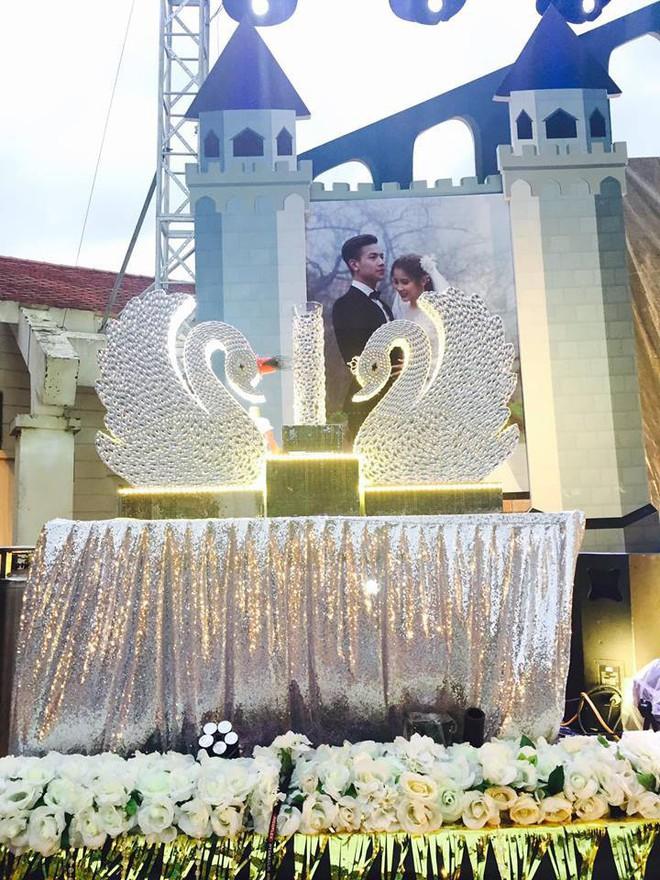 Lễ báo hỉ hoành tráng pool party ở Buôn Mê Thuột riêng tiền trang trí hết 200 triệu, 1.000 khách mời, sân khấu như lâu đài - Ảnh 11.