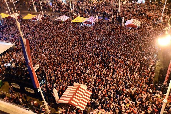 Hàng vạn cổ động viên Croatia phát điên sau khi đội nhà đánh bại tuyển Anh - Ảnh 3.
