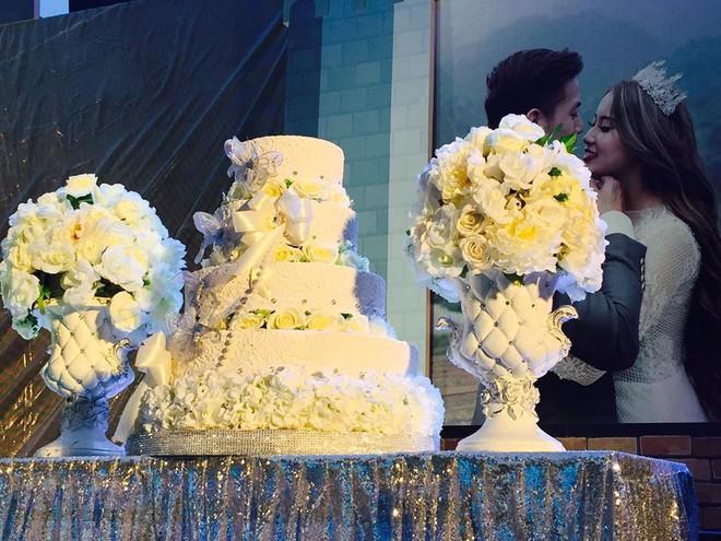 Lễ báo hỉ hoành tráng pool party ở Buôn Mê Thuột riêng tiền trang trí hết 200 triệu, 1.000 khách mời, sân khấu như lâu đài - Ảnh 4.
