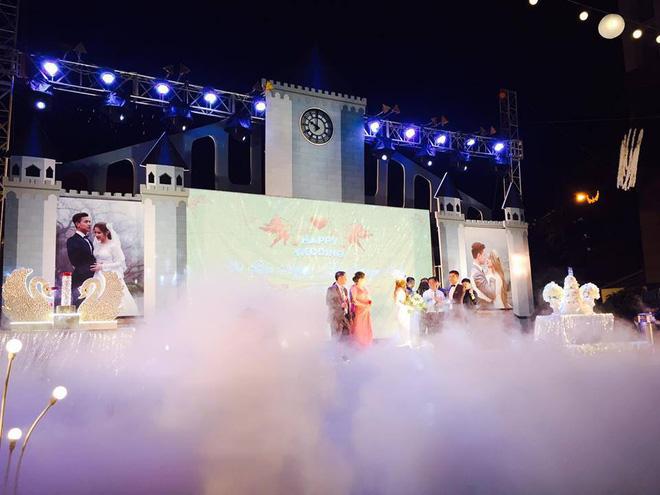 Lễ báo hỉ hoành tráng pool party ở Buôn Mê Thuột riêng tiền trang trí hết 200 triệu, 1.000 khách mời, sân khấu như lâu đài - Ảnh 6.