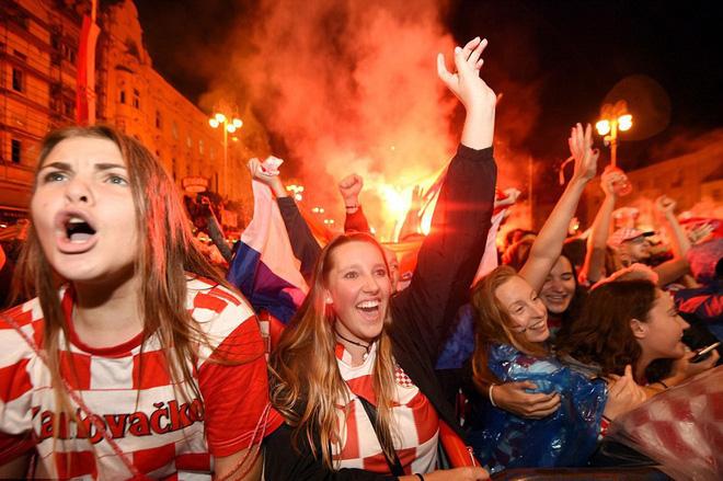 Hàng vạn cổ động viên Croatia phát điên sau khi đội nhà đánh bại tuyển Anh - Ảnh 6.