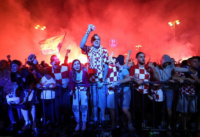 Hàng vạn cổ động viên Croatia phát điên sau khi đội nhà đánh bại tuyển Anh - Ảnh 7.