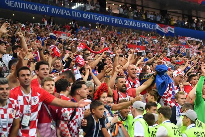 Hàng vạn cổ động viên Croatia phát điên sau khi đội nhà đánh bại tuyển Anh - Ảnh 8.