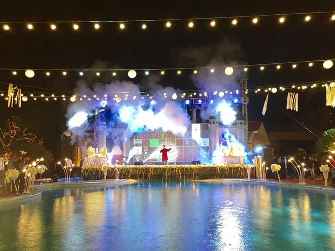 Lễ báo hỉ hoành tráng pool party ở Buôn Mê Thuột riêng tiền trang trí hết 200 triệu, 1.000 khách mời, sân khấu như lâu đài - Ảnh 9.