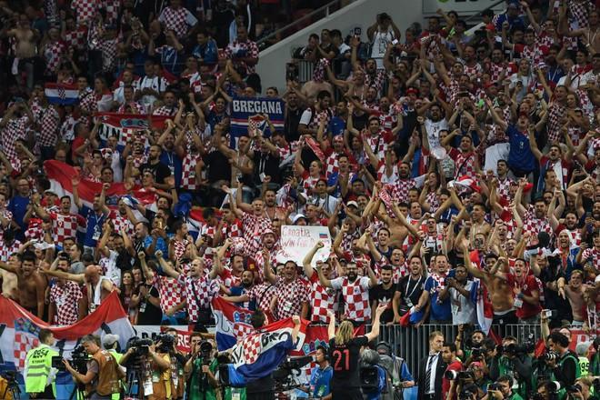 Hàng vạn cổ động viên Croatia phát điên sau khi đội nhà đánh bại tuyển Anh - Ảnh 9.