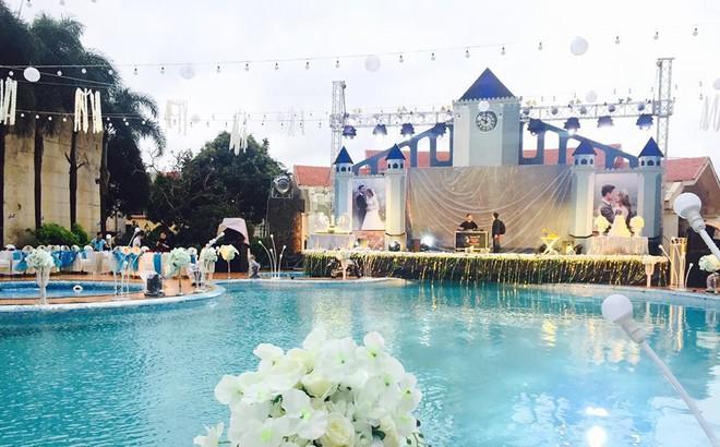 """Lễ báo hỉ hoành tráng """"pool party"""" ở Buôn Mê Thuột riêng tiền trang trí hết 200 triệu, 1.000 khách mời, sân khấu như lâu đài"""