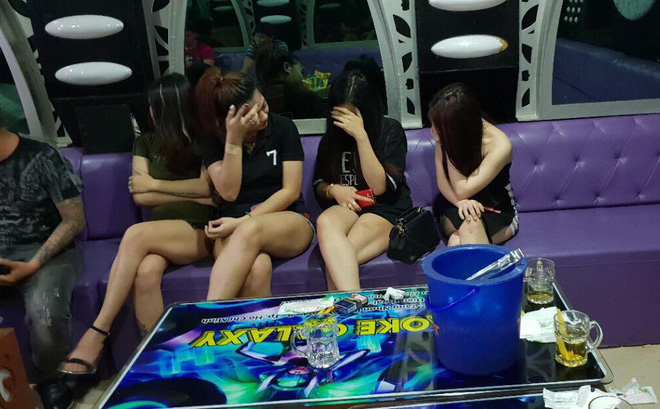 Hàng chục tiếp viên ăn mặc hở hang tiếp khách trong quán karaoke ở Sài Gòn