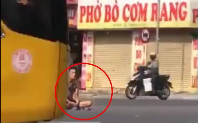 """Quảng Ninh: Màn """"luyện công"""" oái oăm giữa giao lộ đông đúc"""