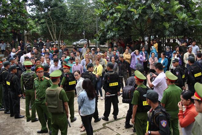 Người thân quỳ lạy khi tòa tuyên y án tử hình Đặng Văn Hiến vì nổ súng làm chết 3 người - Ảnh 3.
