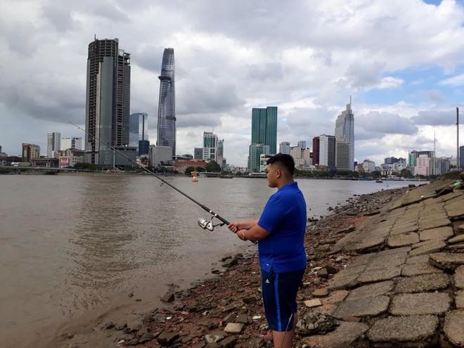 Đi câu cá, chàng trai bất ngờ kéo được cả Hoa hậu Đại dương từ dưới sông lên - ảnh 1