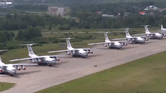 Màn biểu diễn Voi đi bộ hoành tráng của máy bay vận tải Nga - Ảnh 3.