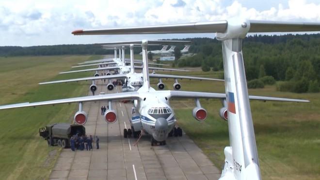 Màn biểu diễn Voi đi bộ hoành tráng của máy bay vận tải Nga - Ảnh 1.
