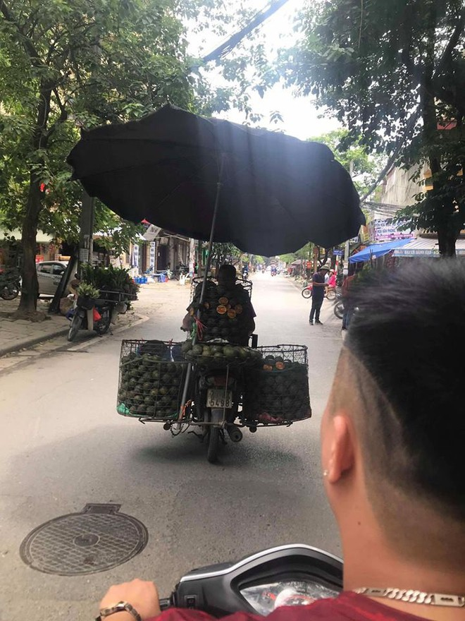 Khổ sở vì nắng nóng, chú bán cam có biện pháp bá đạo khiến ai cũng phải quay lại nhìn - ảnh 1
