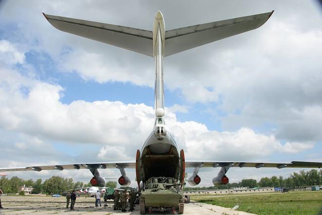 Màn biểu diễn Voi đi bộ hoành tráng của máy bay vận tải Nga - Ảnh 6.