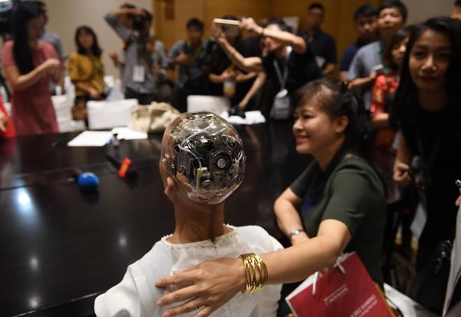 Robot Sophia mặc áo dài, trò chuyện về 4.0 ở Việt Nam - Ảnh 7.