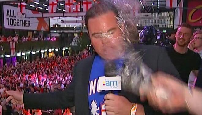 Phóng viên bị hất bia vào mặt khi đưa tin tuyển Anh thua trận 1