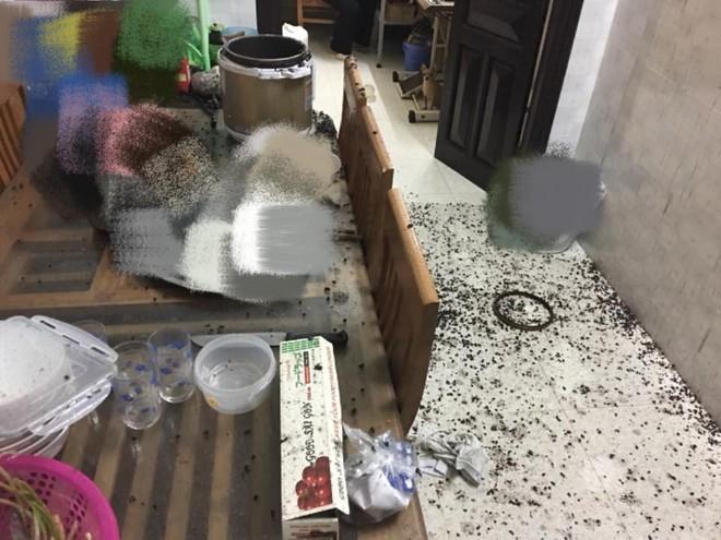 Đang nấu chè đỗ đen thì nồi áp suất phát nổ, mọi thứ bắn lên tận trần nhà - ảnh 1