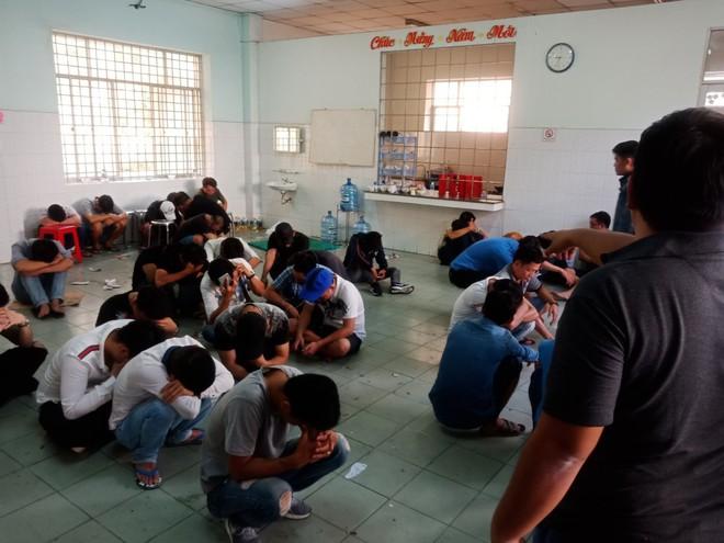 121 dân chơi dương tính ma tuý chạy tán loạn ở khách sạn Sài Gòn - Ảnh 1.