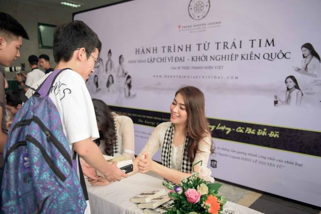 Tú Anh, Lệ Hằng, Mâu Thủy tặng sách quý cho sinh viên Hà Nội - ảnh 3