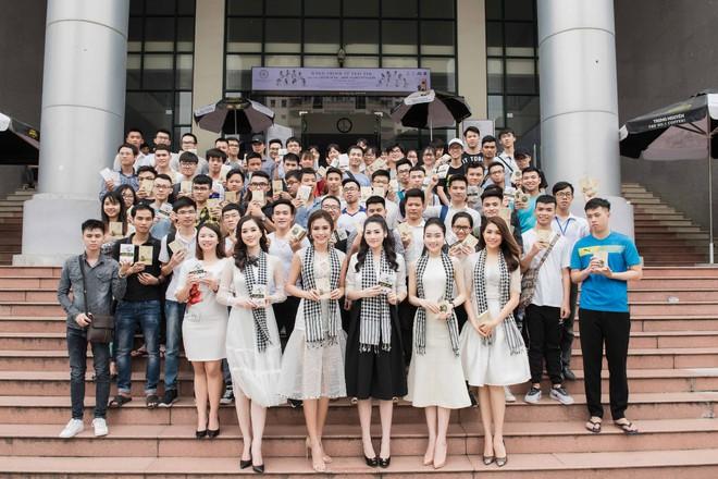 Tú Anh, Lệ Hằng, Mâu Thủy tặng sách quý cho sinh viên Hà Nội - ảnh 4