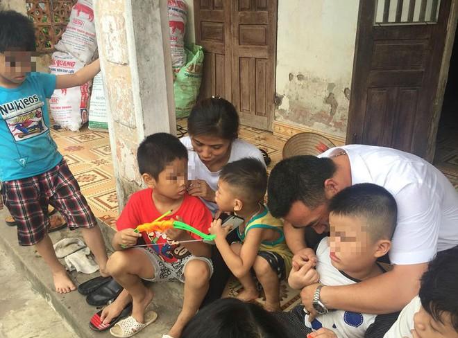 [Ảnh] Con trẻ liên tục rơi nước mắt, đòi xuống Hà Nội cùng mẹ vụ bệnh viện trao nhầm con  - Ảnh 9.