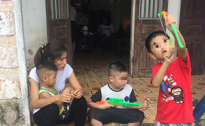 [Ảnh] Con trẻ liên tục rơi nước mắt, đòi xuống Hà Nội cùng mẹ vụ bệnh viện trao nhầm con  - Ảnh 7.