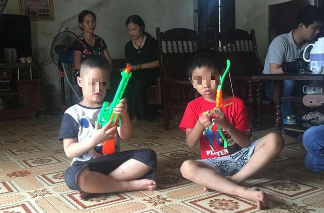 [Ảnh] Con trẻ liên tục rơi nước mắt, đòi xuống Hà Nội cùng mẹ vụ bệnh viện trao nhầm con  - Ảnh 2.