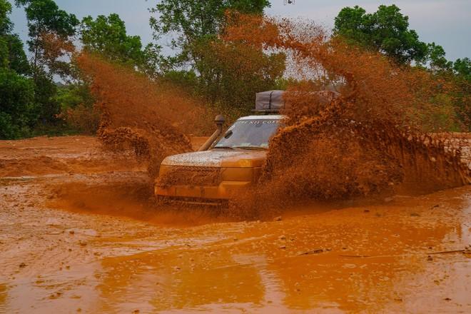 Dàn Land Rover độ ống thở của ông Đặng Lê Nguyên Vũ đầm bùn và vượt dốc tại Đồng Mô - Ảnh 11.
