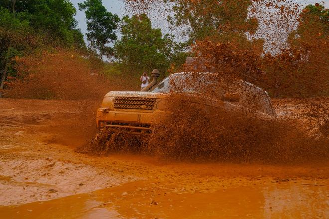 Dàn Land Rover độ ống thở của ông Đặng Lê Nguyên Vũ đầm bùn và vượt dốc tại Đồng Mô - Ảnh 2.