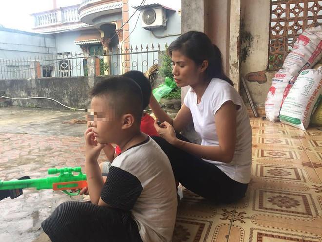 [Ảnh] Con trẻ liên tục rơi nước mắt, đòi xuống Hà Nội cùng mẹ vụ bệnh viện trao nhầm con  - Ảnh 11.