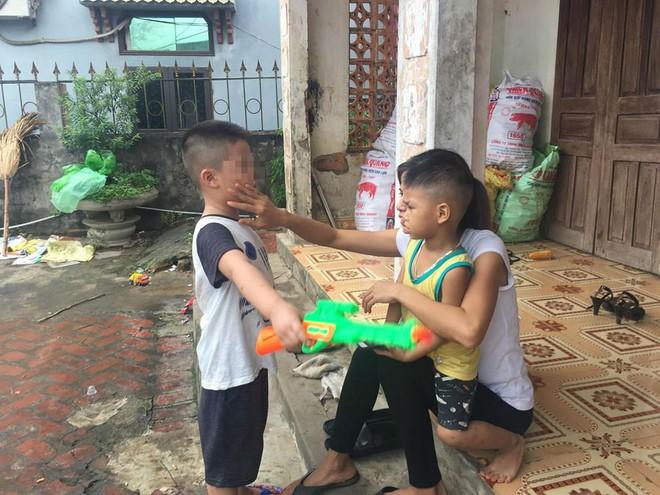 [Ảnh] Con trẻ liên tục rơi nước mắt, đòi xuống Hà Nội cùng mẹ vụ bệnh viện trao nhầm con  - Ảnh 12.