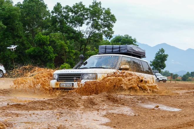 Dàn Land Rover độ ống thở của ông Đặng Lê Nguyên Vũ đầm bùn và vượt dốc tại Đồng Mô - Ảnh 3.