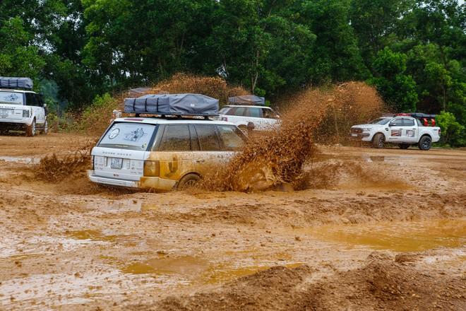 Dàn Land Rover độ ống thở của ông Đặng Lê Nguyên Vũ đầm bùn và vượt dốc tại Đồng Mô - Ảnh 1.