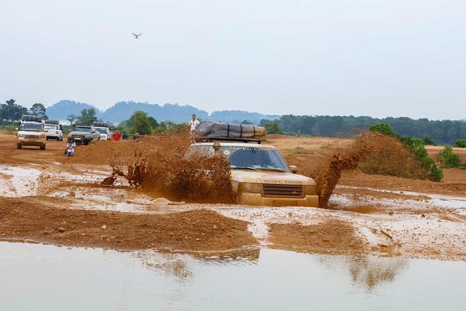 Dàn Land Rover độ ống thở của ông Đặng Lê Nguyên Vũ đầm bùn và vượt dốc tại Đồng Mô - Ảnh 7.