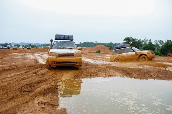 Dàn Land Rover độ ống thở của ông Đặng Lê Nguyên Vũ đầm bùn và vượt dốc tại Đồng Mô - Ảnh 6.