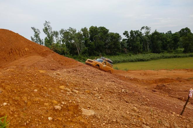 Dàn Land Rover độ ống thở của ông Đặng Lê Nguyên Vũ đầm bùn và vượt dốc tại Đồng Mô - Ảnh 4.